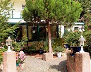 """Restaurant und Pension """"Bergel"""" in Sankt Martin - Pfalz - Der romantische Garten."""
