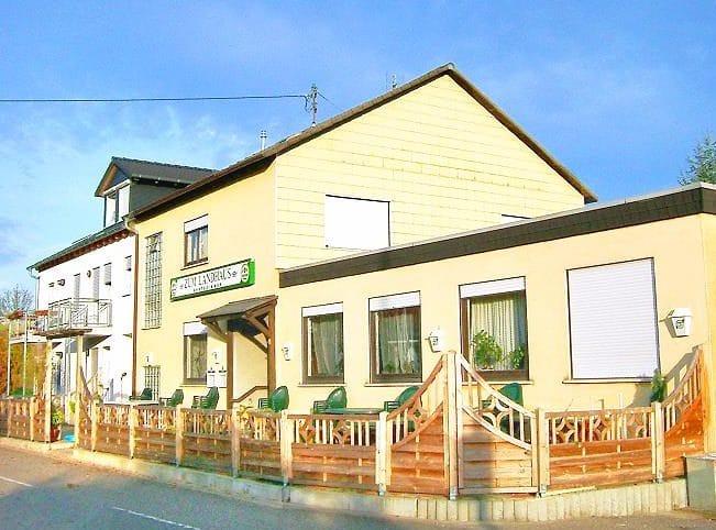 """Speisegaststätte, Gästehaus """"Zum Landhaus"""" in Walsheim in der Pfalz"""