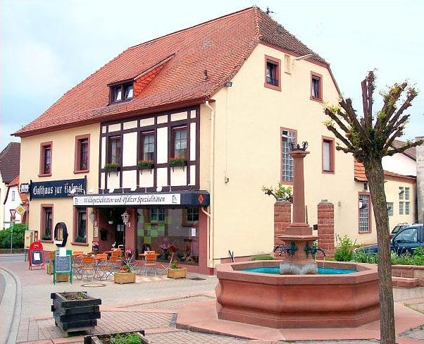 """Gasthaus, Metzgerei, Ferienwohnung """"Zur Kalmit"""" in Maikammer - Alsterweiler"""