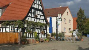 """Der """"Marktplatz"""" vor der kath. Kirche in Maximiliansau."""