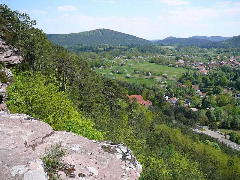 Hauenstein mit Blick auf den Nedingfelsen und Wasgau