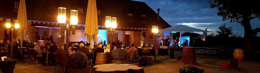 deutsches-weintor-restaurant-eventlocation-pfalz-livemusik-auf-der-sonnenterrasse