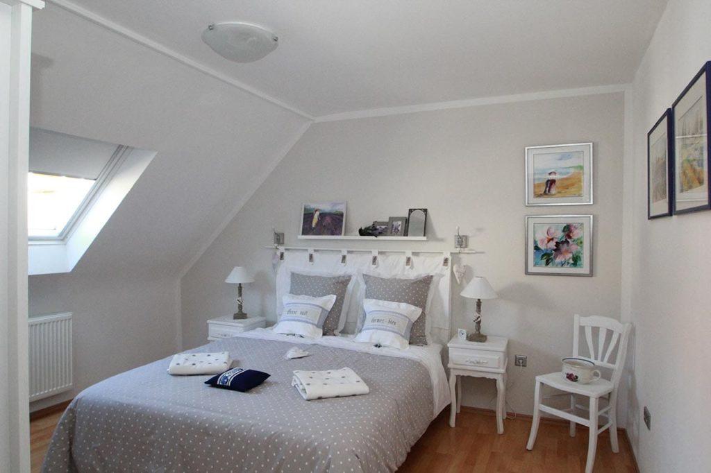 """Schlafzimmer des Ferienhaus """"Landhaus am Wiesengrund"""" in Merzalben in der Pfalz"""