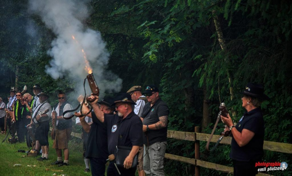 Böllerschützen vom Donnersberg in Schweisweiler