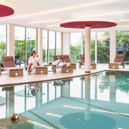 Der einladende Swimmingpool im SPA Rebenmeer des Wohlfühlhotels Alte Rebschule in Rhodt unter Rietburg in der Pfalz